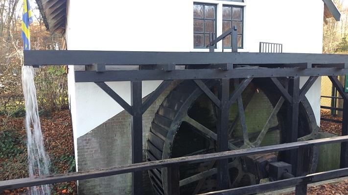 Wandelen over het Westerborkpad bij watermolen Molecaten bij Hasselt