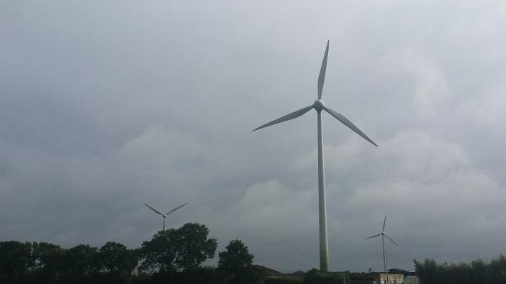 Wandelen over het Westerborkpad bij windmolens bij De Lichtmis