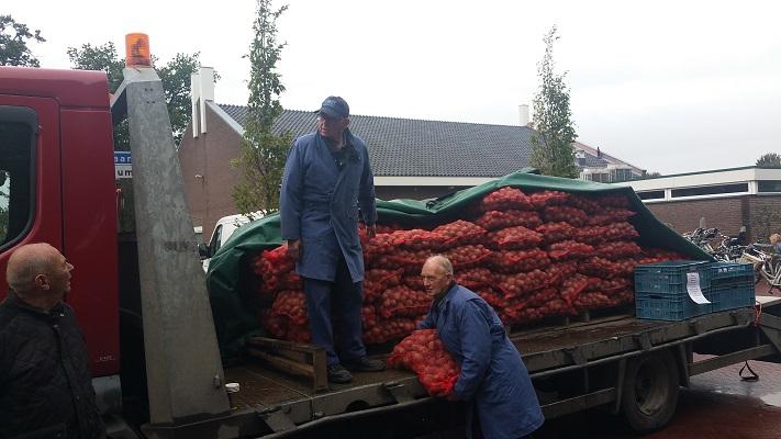 Wandelen over het Westerborkpad bij aardappelverkopers in Staphorst