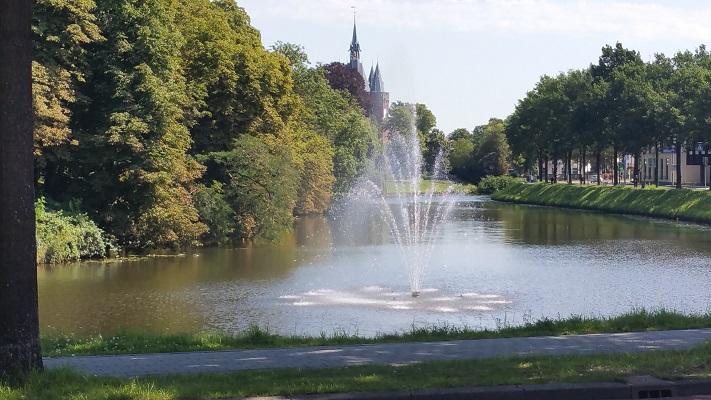 Wandelen over het Westerborkpad bij stadsgracht en fontein in Zwolle