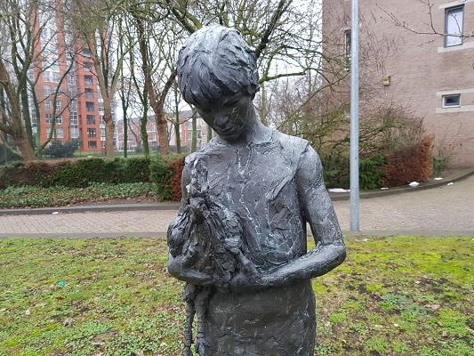 Beeld Meisje met de Haan in Helmond-Noord tijdens een wandeling Ontdek de Kunst van Brabant Vertelt