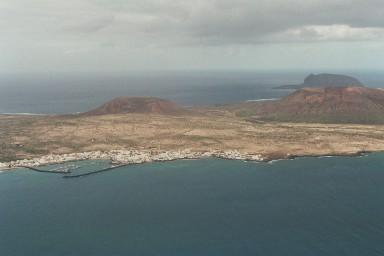 Zicht op Isla Graciosa vanaf Mirador del Rio tijdens een wandelvakantie op Canarisch Eiland Lanzarote