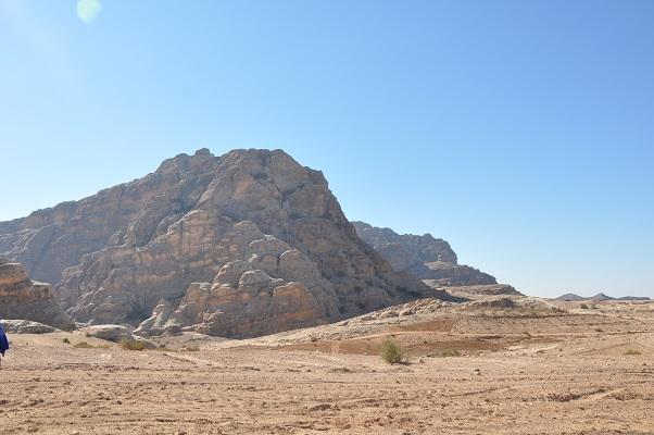Immense rotsen tijdens wandeling naar Little Petra tijdens een wandelreis van SNP door Jordanië
