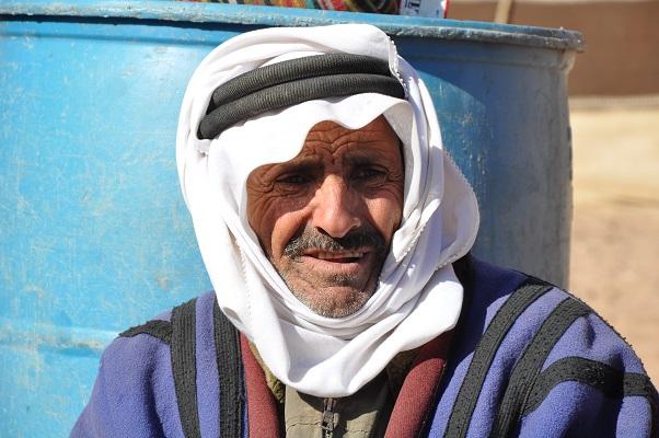 Man met hoofddoek in Petra tijdens een wandelreis van SNP door Jordanië