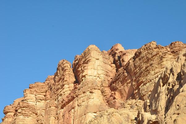 Rotsen in Wadi Rum tijdens een wandelreis van SNP door Jordanië