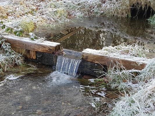 Watertrap in Wolfhezerbeek op een wandeling over Klompenpad Molenbeeksepad bij Wolfheze