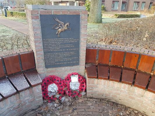Herdenkingsmonument 2e WO Wolfheze op een wandeling over Klompenpad Molenbeeksepad bij Wolfheze