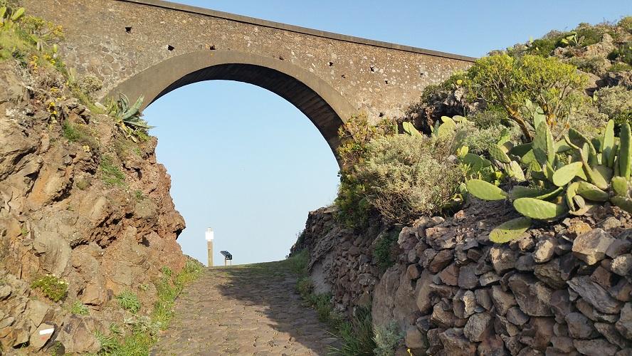 Aquaduct bij Arure Valle Gran Rey Wandelpad hoog boven Barranco de Erque tijdens wandeling op een wandelvakantie op La Gomera op de Canarische Eilanden