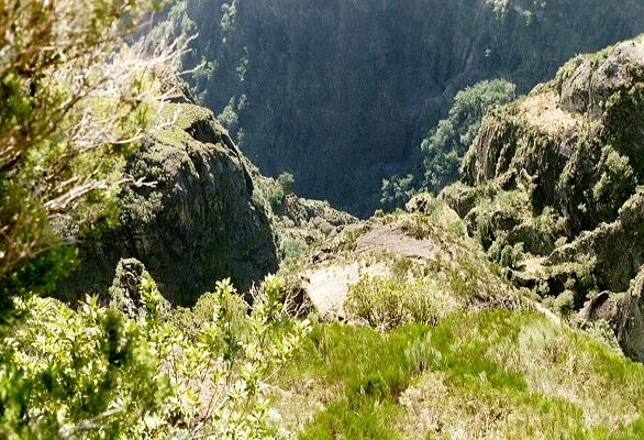 Diep dal bij Pico Ruivo op wandelvakantie op Portugees eiland bloemeneiland Madeira