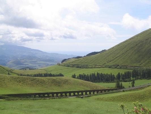 Aquaduct in landschap bi Ribeira Quintes tijdens een wandelvakantie op eiland Sao Miguel op de Azoren