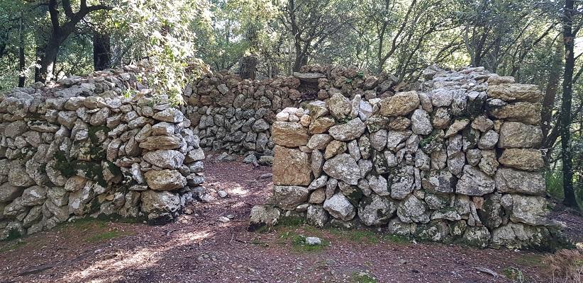 Oude woning bij klooster Lluc op wandelvakantie in Tramuntanagebergte op Spaans eiland Mallorca