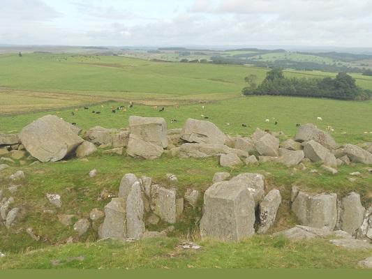 Muurresten van de Hadrian Wall op een wandeling van Heddon on Wall naar Chollerford op een wandelreis over de Muur van Hadrianus in Engeland
