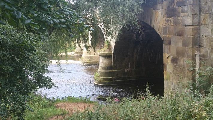 Brug over rivier de Eden tijdens wandeling van Lanercost naar Carlisle tijdens wandelreis over Muur van Hadrianus in Engeland