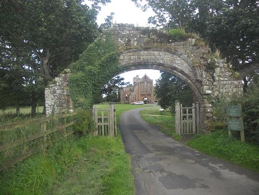Ingang Abdij Lanercost tijdens wandeling van Lanercost naar Carlisle tijdens wandelreis over Muur van Hadrianus in Engeland