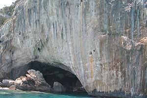 Grotten bij Calagonone op Italiaans eiland Sardinië