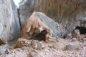 Nederzetting op Monte Tiscali tijdens wandeling op Italiaans eiland Sardinië