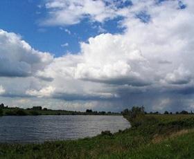De Maas tijdens wandeling langs vijf Maaspontjes van Alem naar Megen.