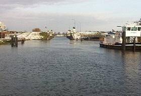 Burgemeester Deelenkanaal in Macharen tijdens wandeling langs vijf Maaspontjes van Alem naar Megen.