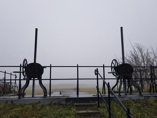 Waterdoorlaat bij Fort Sabina tijdens een wandeling over het Zuiderwaterliniepad van Dinteloord naar Willemstad