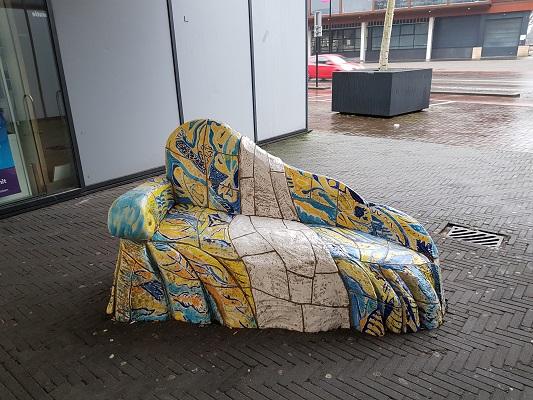 Kunstwerk Zitbankje tijdens wandeling Kort rondje Kunst in Tilburg van Brabant Vertelt