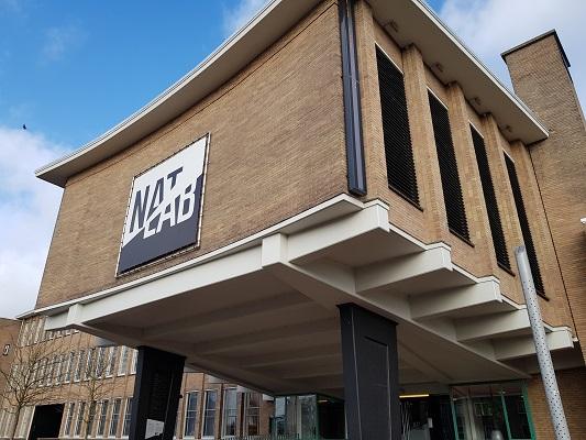 NatLab Natuurkundig Laboratorium tijdens een wandeling over het Philipspad van Gegarandeerd Onregelmatig in Eindhoven