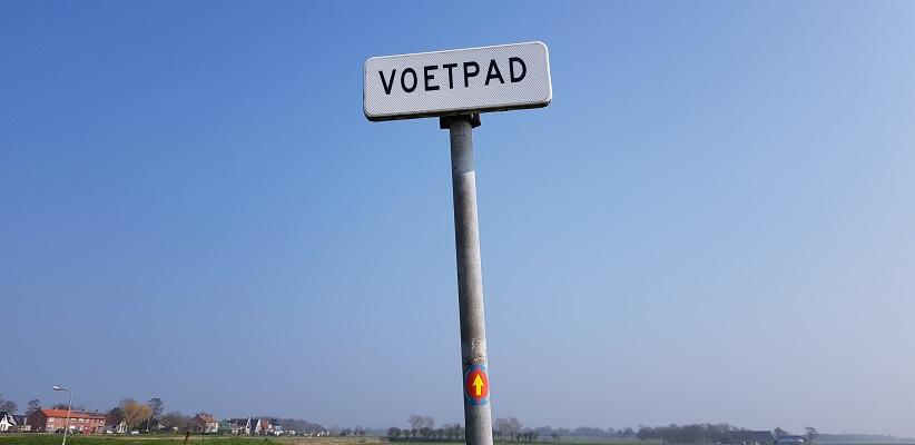 Wandelen over het Noord-Hollandpad van Nieuwesluis naar Den Oever over voetpad in Haukes