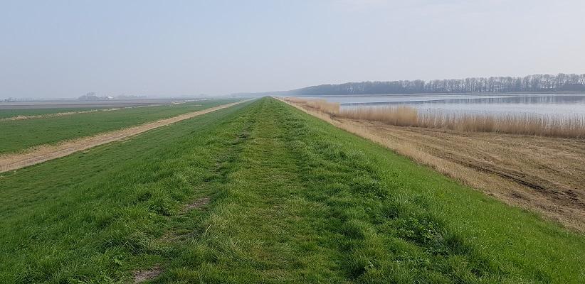 Wandelen over het Noord-Hollandpad van Nieuwesluis naar Den Oever op de dijk langs het Waardkanaal