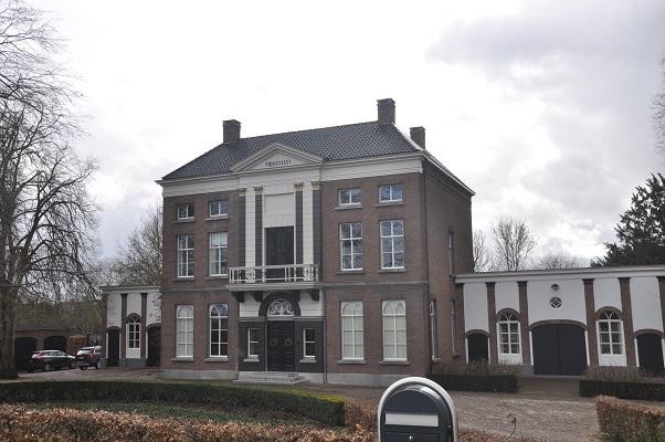 Wandeling Antoon Coolen in Lith bij notariswoning