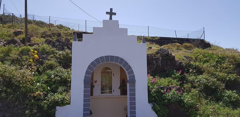 Wandeling op Canarisch Eiland La Gomera van Arure naar Las Hayas bij wegkapel
