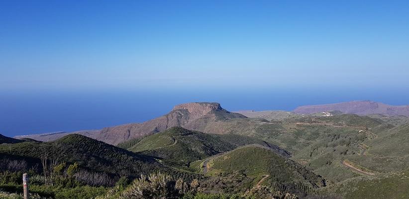 Wandeling op Canarisch Eiland La Gomera van Nationaal Park Garajonay naar Chipude met zicht op tafelberg La Fortaleza