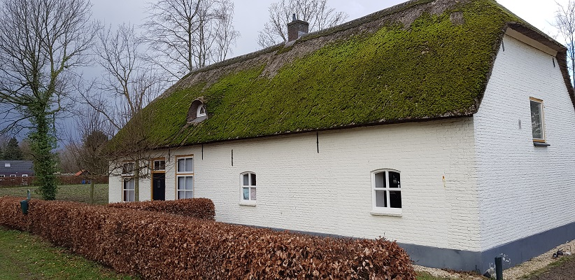 Wandelen over Ommetje Abdij van Berne in Heeswijk bij oude boerderij