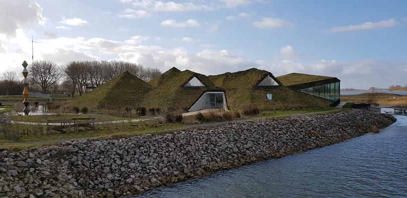 Wandelen over het vernieuwde Waterliniepad door de Noordwaard polder bij het Biesbosch museum