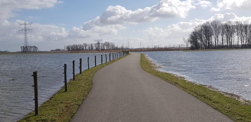 Wandelen over het vernieuwde Waterliniepad door de Noordwaard polder