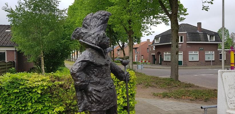 Wandelen over het Peelpad van Altweerderheide naar Stramproy bij beeld van de Heikneuter