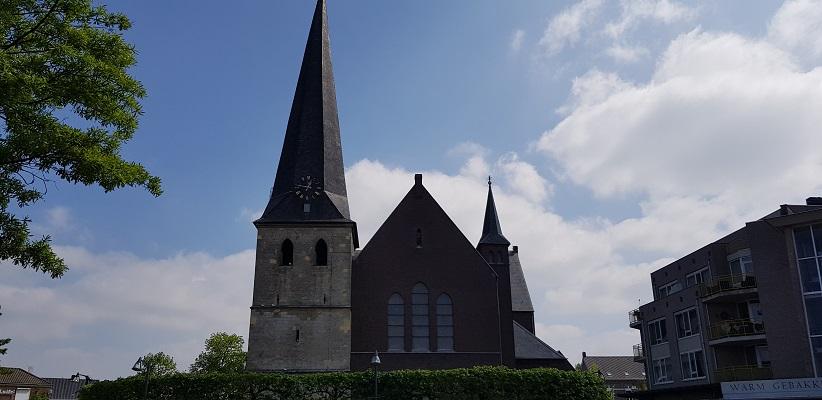 Wandelen over het Peelpad van Altweerderheide naar Stramproy bij de Sint Willibrorduskerk in Stramproy