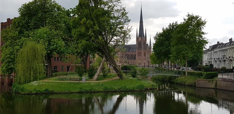 Wandelen van Harmelen naar Woerden over het Romeinse Limespad bij Sint Bonaventurakerk in Woerden