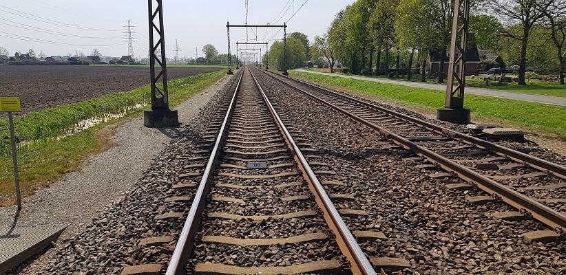Wandelen langs het Westerborkpad bij spoorlijn Hoogeveen-Groningen