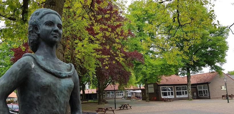 Wandeling over het Achterhoekpad van Westendorp naar boekenstadje Bredevoort bij beeld Rembrand's Hendrikje