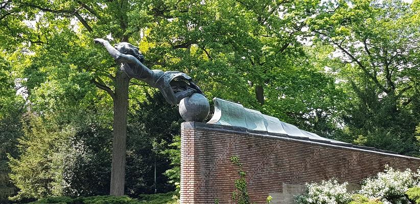 Wandeling van Gegarandeerd Onregelmatig over het Parkstadpad van Wandelen buiten de binnenstad van EIndhoven bij het Radiomonument in het Stadspark
