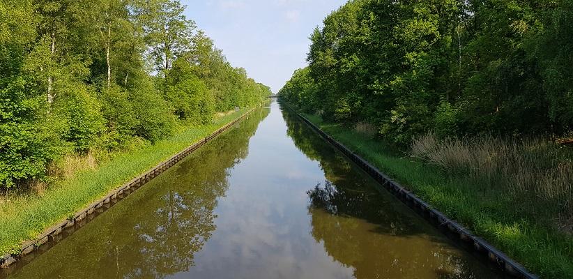 Wandelen buiten de binnenstad van Eindhoven over het Batapad bij het Beatrixkanaal