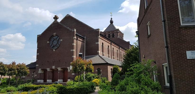 Wandelen buiten de binnenstad van Eindhoven over het Batapad bij de Heilige Antoniuskerk in Best