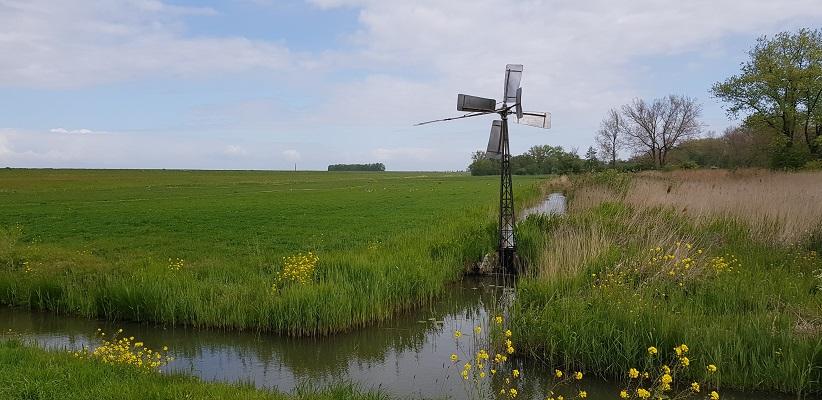Wandeling over het vernieuwde Waterliniepad van Woudrichem via voetveer naar Slot Loevestein bij een windmolentje