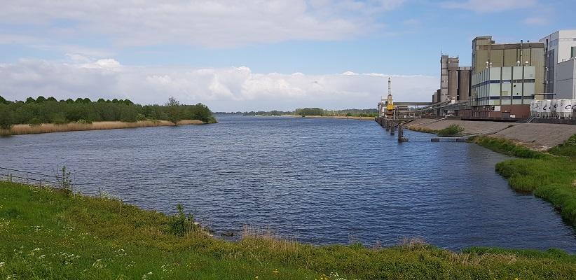 Wandeling over het vernieuwde Waterliniepad van Woudrichem via voetveer naar Slot Loevestein bij scheiding tussen Maas en Waal