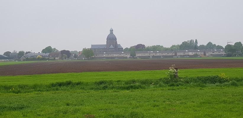 Wandeling over de Zuiderwaterlinie van Hooipolder naar Waalwijk met zicht op Raamsdonk
