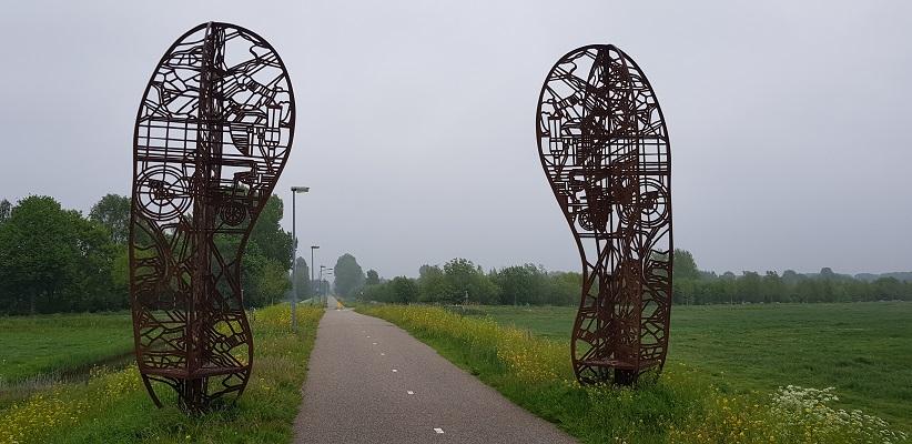 Wandeling over het vernieuwde Waterliniepad van Woudrichem via voetveer naar Slot Loevestein bij kunstwerk Footprint