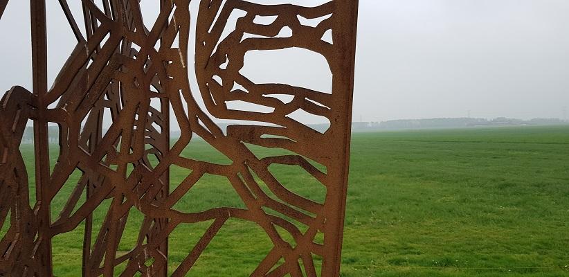 Wandeling over de Zuiderwaterlinie van Hooipolder naar Waalwijk bij kunstwerk Footprint op Halve Zolenlijn