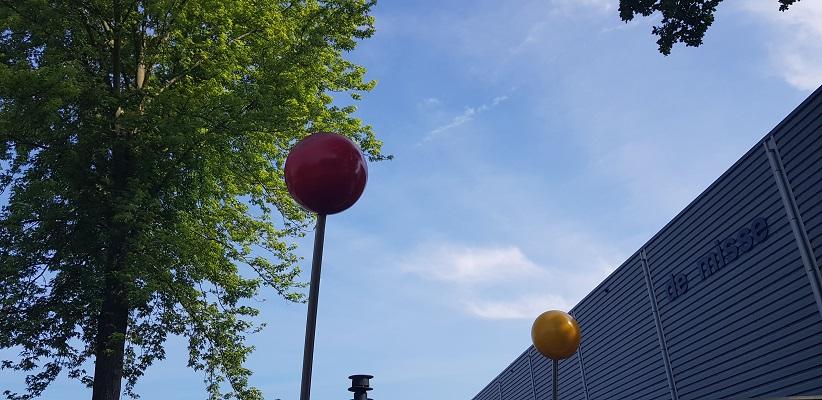Wandeling Ommetje De Beemden en de Donken in Den Dungen bij kunstwerk bij sporthal