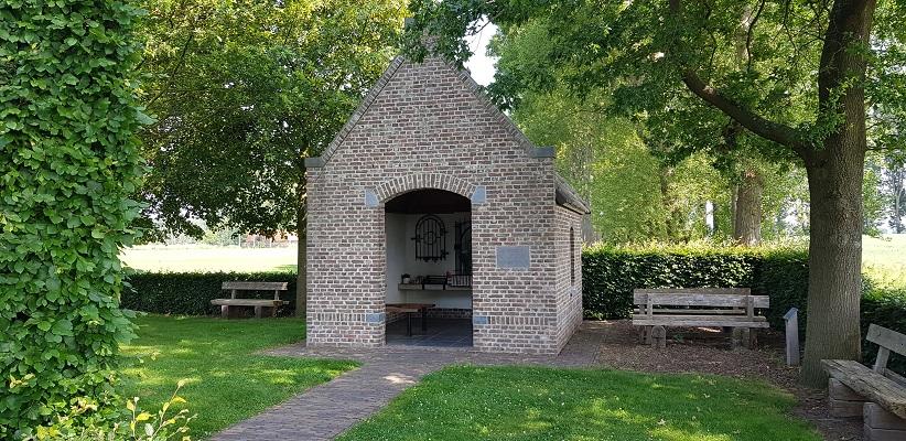 Wandeling over een trage tocht door het Dommeldal bij Liempde bij wegkapelletje