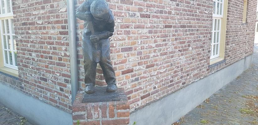 Wandeling over trage tocht door het Dommeldal bij Liempde bij beeldje van de Klompenmaker in Liempde