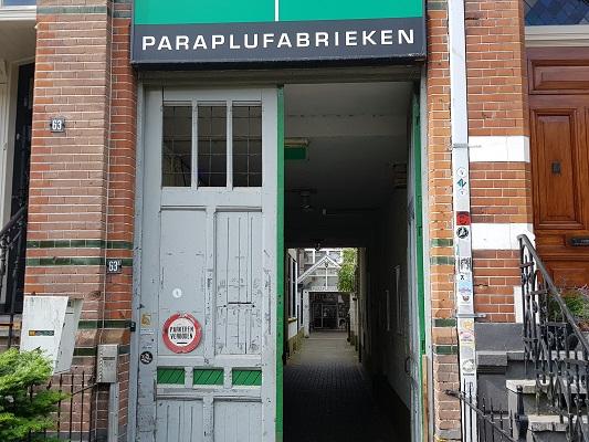 Wandelen buiten de binnenstad van Nijmegen over het Groesbeekpad naar Groesbeek bij Paraplufabrieken